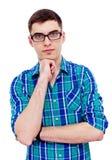 Kerl in den Gläsern mit der Hand auf Kinn Lizenzfreie Stockbilder