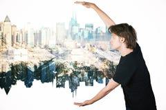 Kerl, der abstrakte Stadt hält Lizenzfreie Stockfotos