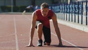 Kerl, der an Anfangsposition gelangt und anfängt zu laufen, Vorbereitung für Marathon stock video footage
