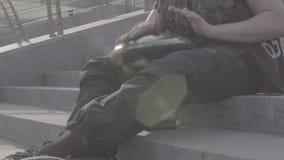 Kerl, der auf musikalischer hapi Trommel auf Schritten spielt stock video footage