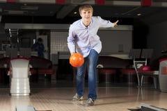 Kerl, der Bowlingspiel spielt Lizenzfreie Stockfotos