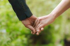 Kerl, der die Hand seiner Freundin hält stockbild