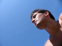 Kerl, der die lange Ansicht in das Meer überwacht Stockfotografie