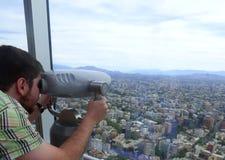 Kerl, der die Stadt auf ` ` EL Mirador in Santiago, Chile betrachtet Stockfoto
