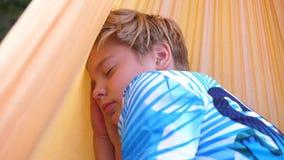 Kerl, der draußen in der Hängematte schläft Im Freienerholung stock footage