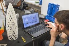 Kerl, der an Drucken 3d bei Fuorisalone während Milan Design Wes arbeitet Stockbild