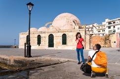Kerl, der ein Foto des Mädchens vor der Kathedrale macht Lizenzfreies Stockbild