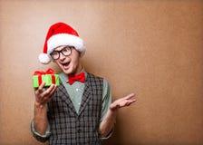 Kerl, der ein Geschenk hält Lizenzfreie Stockfotografie