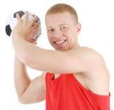 Kerl, der einen Fußball anhält Lizenzfreies Stockfoto