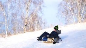 Kerl, der einen schneebedeckten Berg reitet Langsame Bewegung Landschaft des verschneiten Winters Im Freiensport stock video