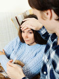 Kerl, der für kranke Freundin sich interessiert Lizenzfreie Stockbilder