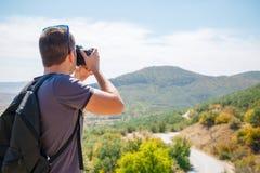 Kerl, der Fotos des Berges macht Stockfotografie