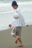 Kerl, der Fußball spielt Lizenzfreies Stockfoto