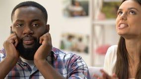 Kerl, der geduldig auf Beanstandungen und Ansprüche seiner Freundin, Streit hört stock video