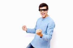 Kerl, der Gewinn in Gläsern Fernsehen3d feiert Stockbild