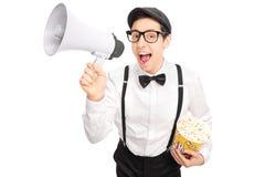 Kerl in der künstlerischen Ausstattung, die über ein Megaphon spricht Lizenzfreie Stockfotos