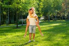 Kerl, der mit einem Mädchen im Park spielt Lizenzfreies Stockfoto