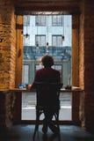 Kerl, der mit Heißgetränk in der Cafeteria sich entspannt Lizenzfreies Stockfoto