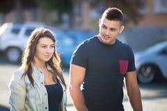 Kerl, der mit junger Frau auf der Straße flirtet Stockfotografie