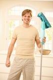 Kerl, der mit Mopp aufwirft Lizenzfreies Stockfoto