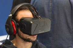 Kerl, der Oculus-Kopfhörer an Spiel-Woche 2014 in Mailand, Italien versucht Lizenzfreie Stockfotos