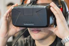 Kerl, der Oculus-Kopfhörer an Spiel-Woche 2014 in Mailand, Italien versucht Lizenzfreies Stockbild