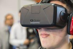 Kerl, der Oculus-Kopfhörer an Spiel-Woche 2014 in Mailand, Italien versucht Stockfotografie
