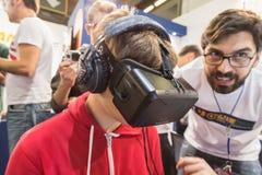Kerl, der Oculus-Kopfhörer an Spiel-Woche 2014 in Mailand, Italien versucht Lizenzfreie Stockbilder