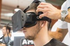 Kerl, der Oculus-Kopfhörer an Spiel-Woche 2014 in Mailand, Italien versucht Lizenzfreie Stockfotografie