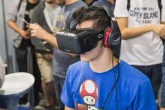 Kerl, der Oculus-Kopfhörer an Spiel-Woche 2014 in Mailand, Italien versucht Stockfoto