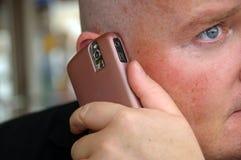 Kerl, der seine Kommunikation auf Handy genießt Stockfotos