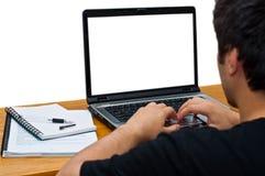 Kerl, der seinen Laptop verwendet Lizenzfreie Stockfotografie