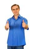 Kerl, der sich zwei Daumen zeigt. Getrennt auf Weiß. Stockfotografie