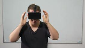 Kerl, der Videospiel in der virtuellen Realität mit speziellem Ausrüstungskopfhörer - VR erfährt stock video footage
