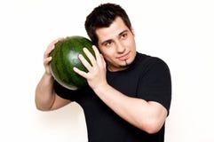Kerl, der Wassermelone auf Frische überprüft Lizenzfreie Stockfotografie