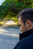 Kerl in einem Park, der zurück schaut Lizenzfreies Stockbild
