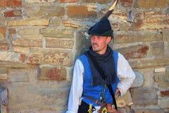 Kerl in einer Klage der mittelalterlichen europäischen Miliz Lizenzfreie Stockfotografie