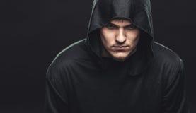 Kerl in einer schwarzen Robe Stockfoto