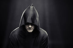 Kerl in einer schwarzen Robe unter Strahlen des Mondes Stockfotos