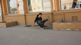 Kerl fällt vom Skateboard stock video footage