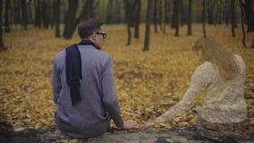 Kerl fehlt traurig und seine Freundin, Gefühlsanwesenheit ihrer Seele längsseits stock footage