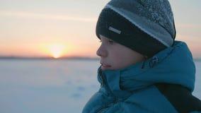 Kerl geht in Winter Park, Sonnenuntergangzeit Gesunder Lebensstil, draußen gehend Stockfoto