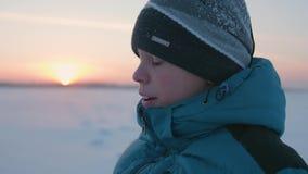 Kerl geht in Winter Park, Sonnenuntergangzeit Gesunder Lebensstil, draußen gehend stock video footage