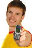 Kerl hält Handy an lizenzfreie stockfotografie