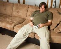Kerl heraus geführt auf die Couch stockfoto