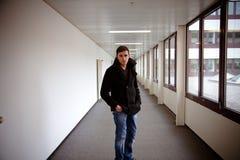 Kerl im modernen Gebäude lizenzfreie stockfotos