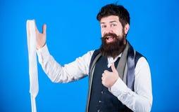 Kerl mit dem Bart, der Bindung w?hlt Perfekte Krawatte Arten von Krawattenzus?tzen Durch das Darstellen poliert, nach Arbeit zu s stockfoto