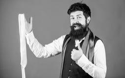 Kerl mit dem Bart, der Bindung w?hlt Perfekte Krawatte Arten von Krawattenzus?tzen Durch das Darstellen poliert, nach Arbeit zu s stockbild