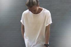 Kerl mit dem blonden Haar in einem leeren weißen T-Shirt Lizenzfreies Stockbild