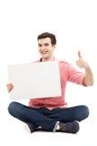 Kerl mit dem leeren Zeichen, das sich Daumen zeigt Lizenzfreies Stockbild